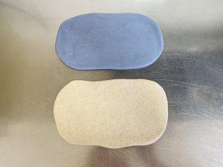 蓝天白云全麦小馒头,分别把蓝色面团和白色面团擀成长方形。
