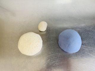 蓝天白云全麦小馒头,从白色面团取下20克的小面团。