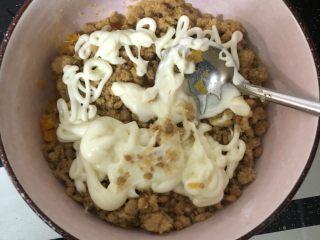 肉松蛋黄青团,加入适量沙拉酱后拌匀。