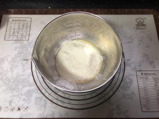 橙香戚风蛋糕,筛入低筋面粉。