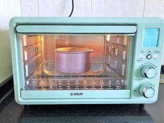 不消泡的可可戚风蛋糕,烤箱预热至上火140度,下火130度,放入模具于下层烘烤45分钟后立即取出倒扣,待彻底放凉后脱模。