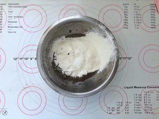 不消泡的可可戚风蛋糕,筛入低筋面粉。