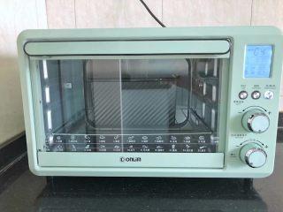 中种胡萝卜吐司,烤箱预热至150度,放入吐司盒烘烤40分钟后取出。