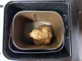 中种胡萝卜吐司,启动面包机的揉面程序揉成面团。