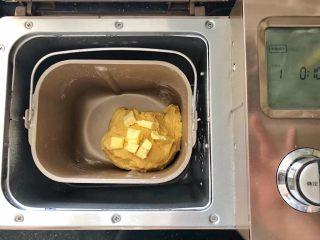 中种胡萝卜吐司,待揉成团后加入黄油和盐。