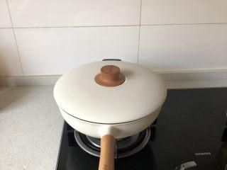 红烧鸡翅,盖盖子烧开,烧开后中火焖15-20分钟即可!期间尝一下咸淡!