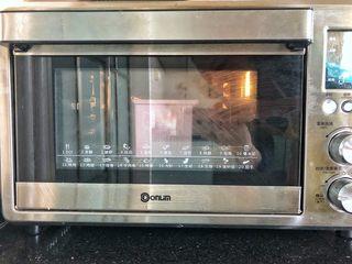 女王大理石纹吐司,烤箱150度提前预热好,放入吐司盒烤35分钟后立即取出。