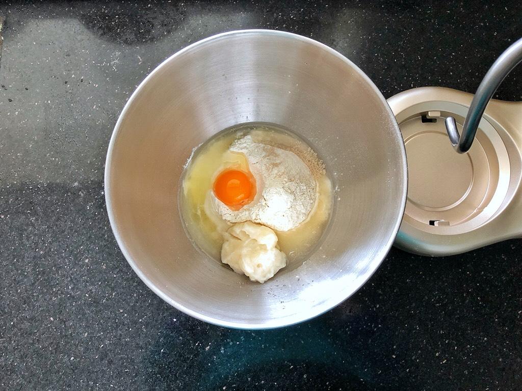 女王大理石纹吐司,把所有材料放在厨师机的桶里。</p> <p>