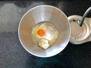 女王大理石纹吐司,把所有材料放在厨师机的桶里。