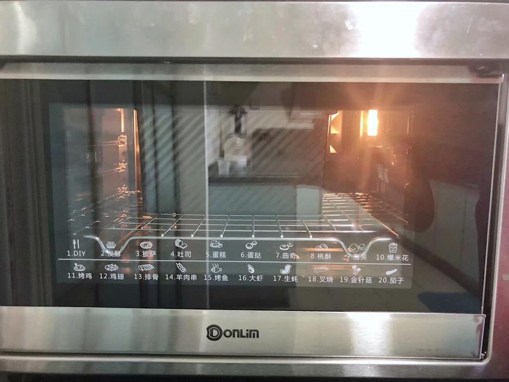黑芝麻吐司(一次发酵),烤箱预热至150度,放入吐司盒烘烤40分钟后取出。</p> <p>