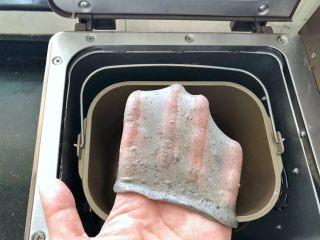 黑芝麻吐司(一次发酵),继续启动面包机的揉面程序,大约15分钟就可以了,此时的面团能拉出薄而结实的手套膜,说明已经达到完全扩展阶段了。