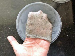 黑芝麻吐司(一次发酵),4个小时后拿出来室温下回温,这时的面团已经可以拉出厚一点的膜,说明已经达到扩展阶段了。