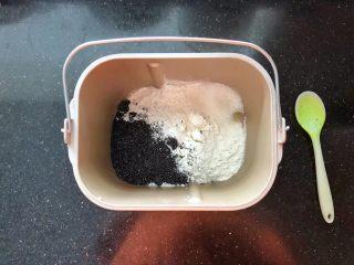 黑芝麻吐司(一次发酵),把主面团里除黄油和干酵母以外的材料按照先液体后固体的顺序依次放入面包机中。
