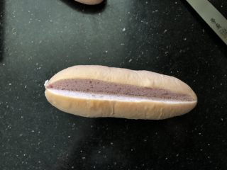 黑芝麻奶油紫薯包,紫薯面包切去中间的部分。