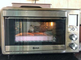 黑芝麻奶油紫薯包,放入烤箱140度上下火烘烤25分钟后取出。