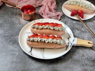 黑芝麻奶油紫薯包,草莓切片装饰一下即可。