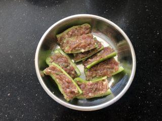 香辣可口的青椒酿肉,塞满肉馅。