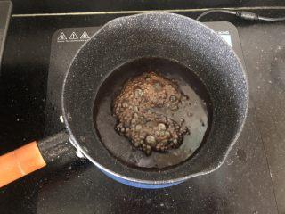 香辣可口的青椒酿肉,小锅里留少许底油,倒入蚝油、生抽和白糖煮沸。
