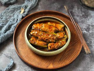 香辣可口的青椒酿肉,淋在青椒酿肉上即可。