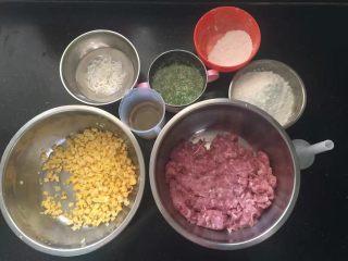 黑胡椒脆皮玉米香肠,准备好所有的材料。
