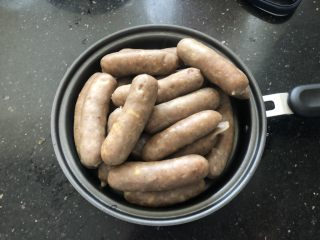 黑胡椒脆皮玉米香肠,煮好的香肠放凉后煎成小段放入冰箱冷冻保存。