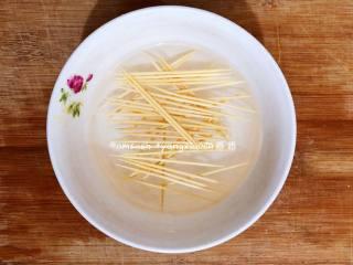 牙签肉,把冷藏腌制好的猪颈肉拿出来,竹签用水泡一下