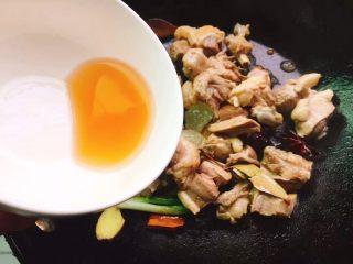 红烧鸭肉,快速翻炒均匀后加适量料酒