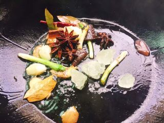 红烧鸭肉,起油锅,将配料爆香后倒入鸭肉