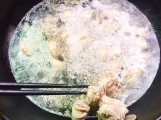 红烧鸭肉,锅里放水烧开,放入鸭肉焯水后捞出沥干水分备用