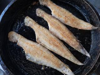 椒盐鳎米鱼,待两面都煎至自己满意的颜色就可出锅了。