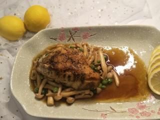 健康低卡香煎鲈鱼,完成图。可以切几片柠檬,调节酸度,更加清新。