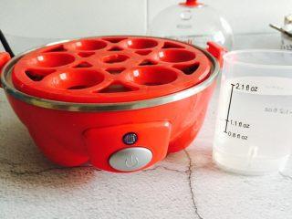肉末蒸蛋,蒸蛋器加入水,水量约量杯的最高水位处