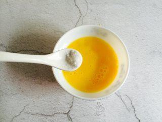 肉末蒸蛋,两个鸡蛋打入碗里加少许盐搅打均匀再加上同等量的温水搅匀