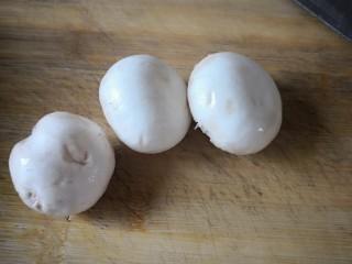如意福袋,新鲜蘑菇,清洗,去除根部。