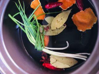 五香茶叶蛋,香叶、花椒、八角、桂皮、陈皮、干辣椒、葱结、姜片入锅