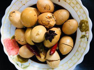 五香茶叶蛋,要想更入味些就放在汤汁里继续泡泡。