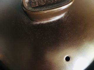 五香茶叶蛋,盖上锅盖小火慢炖至鸡蛋入味