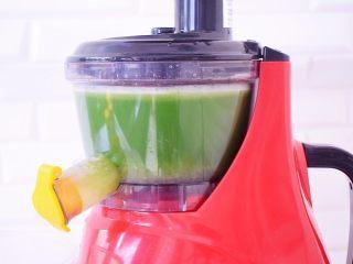 黄瓜雪梨汁,然后启动机器榨出汁