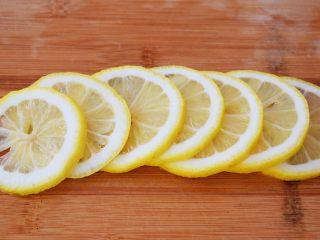 柠檬薏米水,柠檬用盐搓洗外皮,再冲洗干净,切片去籽备用