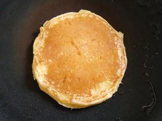香蕉松饼,中小火,用小勺子盛一小勺面糊,等到表面有小气孔的时候,大约30S就可以翻面了,煎至两面微黄,出锅