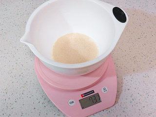 冷藏中种法滴【淡奶油吐司】,制做中种面团。先用电子秤称出牛奶和酵母,将酵母化开