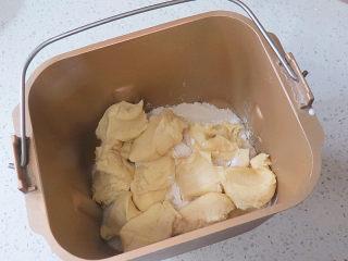 冷藏中种法滴【淡奶油吐司】,把主面团材料放入面包机桶内,发酵好的种面撕成小块一起加入