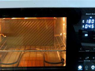 冷藏中种法滴【淡奶油吐司】,烤箱180度充分预热,将发酵好的吐司放入烤箱底层,上、下管180度,45分钟;顶部上色要及时盖锡纸