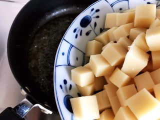 鲍鱼干贝XO酱炒牛肉黄粿,锅内留底油,下黄粿
