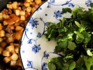 鲍鱼干贝XO酱炒牛肉黄粿,加入香菜,翻炒均匀即可