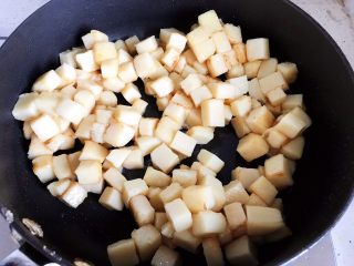 鲍鱼干贝XO酱炒牛肉黄粿,翻炒至黄粿变软