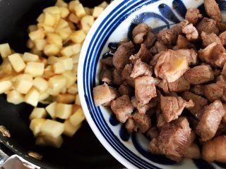 鲍鱼干贝XO酱炒牛肉黄粿,加入牛肉