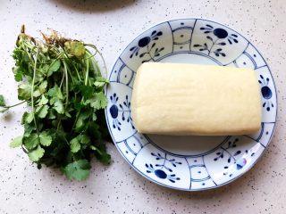 鲍鱼干贝XO酱炒牛肉黄粿,准备好黄粿和香菜