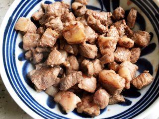 鲍鱼干贝XO酱炒牛肉黄粿,盛出备用
