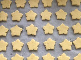 红薯曲奇饼干,用模具压出形状,摆入烤盘,每个间隔适当的空隙。